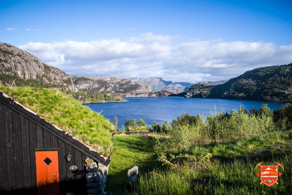 Les toits Norvégien, se fondent dans le paysage...