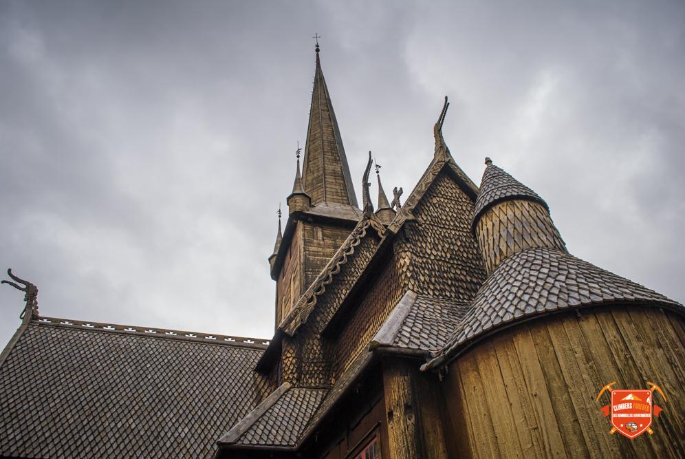 Stavkirke est une église debout d'époque souvent sculpté et entièrement en bois