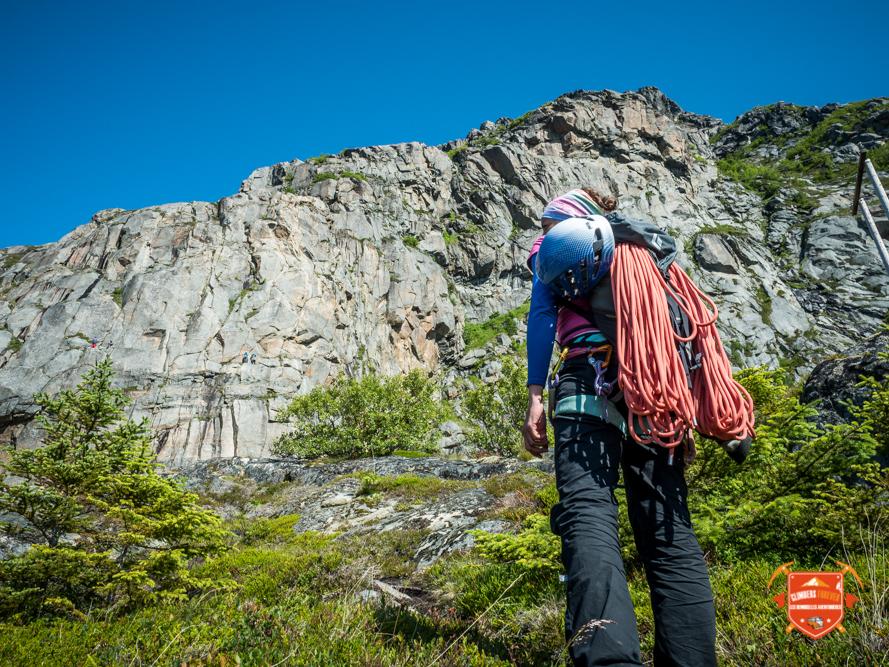 Bien chargé nos Demoiselles arpente les montagnes des Lofoten à la recherche des plus belles falaises...