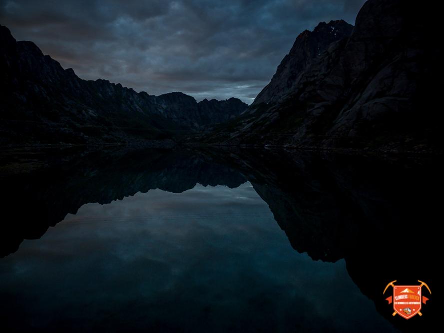 L'eau transparente reflète à toutes heures de la journée les montagnes et leurs formes spectaculaires que nous offre dame nature