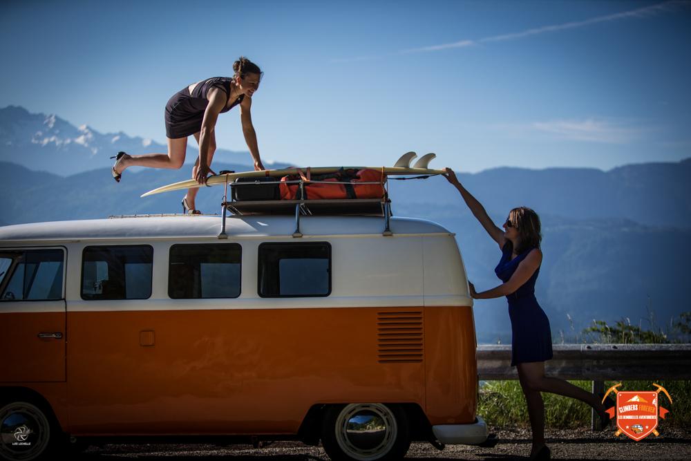Amélie et Betsy arrivent sur le spot de surf...