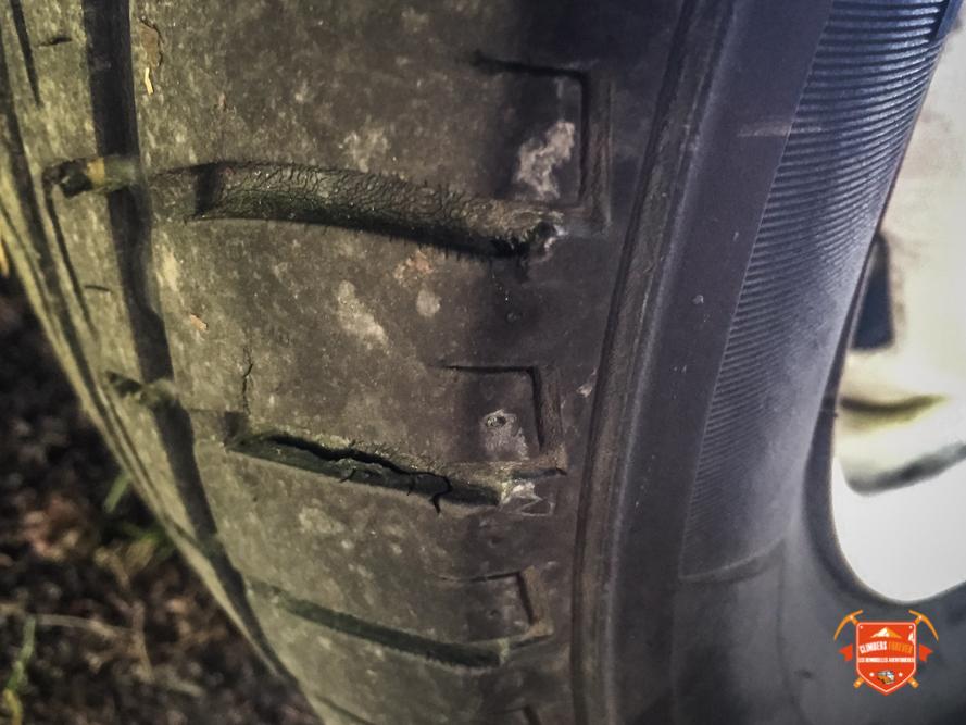 Le pneu à une belle écorchure pourtant nos Demoiselles n'ont pas fait de tout terrain avec M.Combi!
